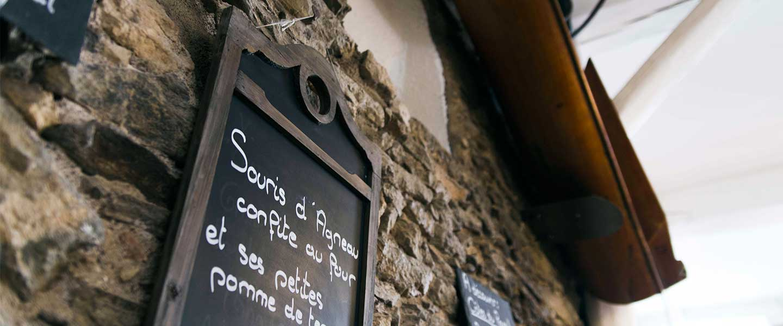 Ardoise accrochée au mur : Souris d'agneau confite u four et ses petites pommes de terre