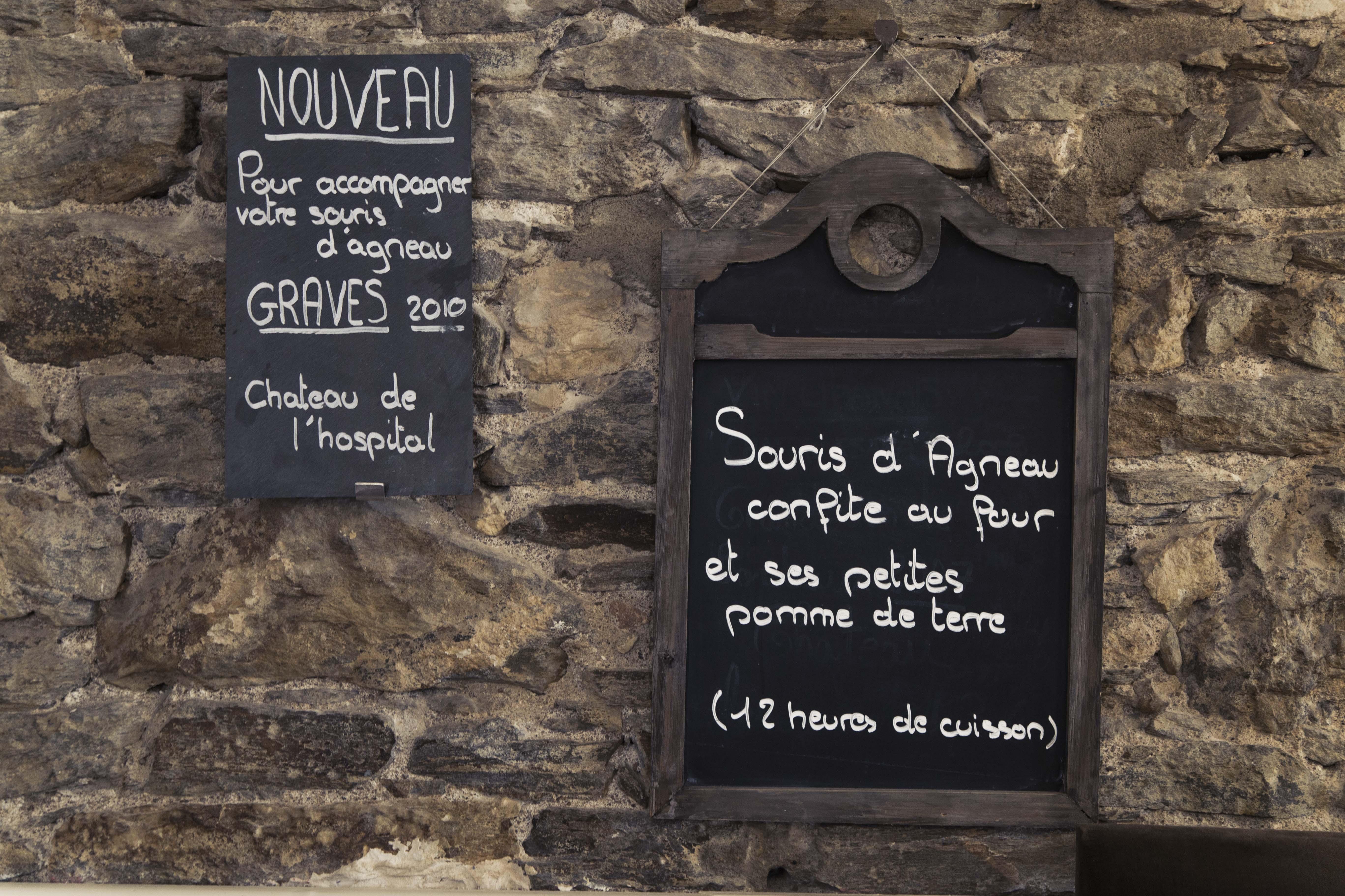 Ardoises de la Souris d'Agneau sur un mur en pierre